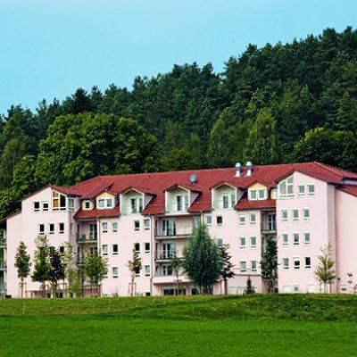 Pflegeheim Trochtelfingen Außenansicht vor Wald